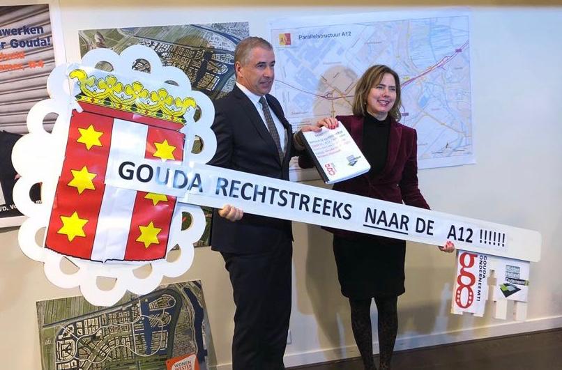 Minister Van Nieuwenhuizen ontvangt sleutel Gouda tegen afsluiten toerit 11